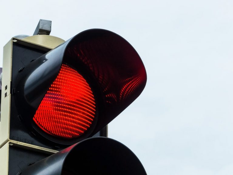 Trecerea pe culoarea roșie a semaforului în Germania – iată care sunt consecințele